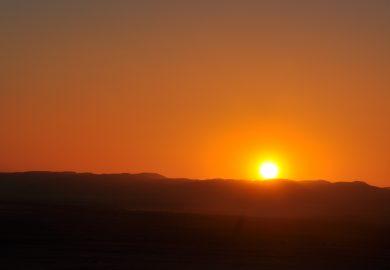 O pôr-do-sol sobre as dunas vermelhas da Namíbia