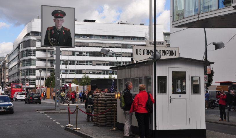 O Checkpoint Charlie, um símbolo da Guerra Fria em Berlim