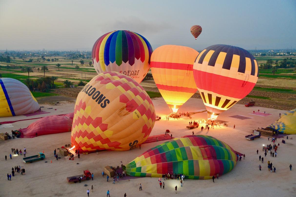 Um voo de balão sobre o Vale do Rio Nilo